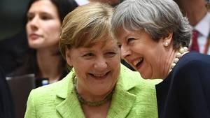 Angela Merkel und Theresa May: Lockere Stimmung trotz harter Brexit-Vorgespräche