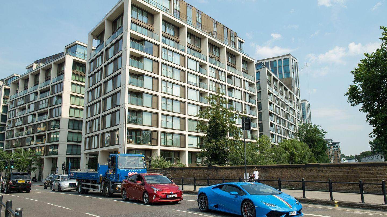 Schon die Fahrzeuge vor dem Kensington-Row-Komplex zeigen, wie wohlhabend die Bewohner sind.