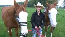 Stephanie Madaus mit ihren Pferden Shine My Gun und dessen Sohn Meteor.