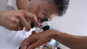 Zahlreiche Informationen über Zentren für seltene Erkrankungen und Anlaufstellen für unerkannte Krankheiten finden sich unter:www.se-atlas.de