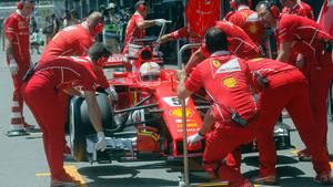 Sebastian Vettel bei einem Boxenstopp während des Trainings in Baku