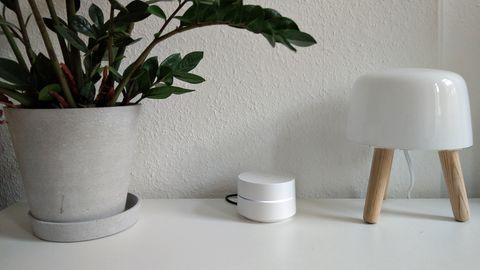 Google Wifi stebht auf einer weißen Fernsehbank