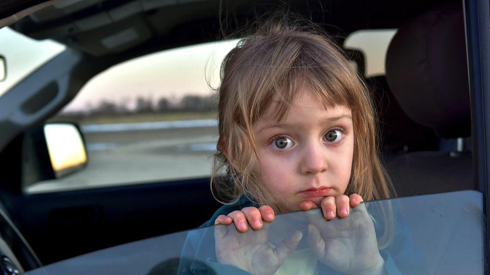 Mutter sperrt Kinder ins Auto ein