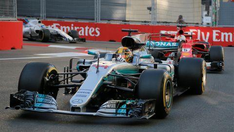 Sebastian Vettel verfolgt Lewis Hamilton