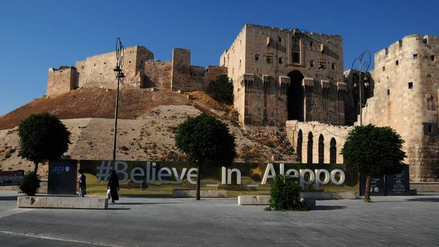 """""""Believe in Aleppo"""": Vor der Zitadelle der zerstörten Stadt wurde ein Schriftzug angebracht, der Hoffnung machen soll"""