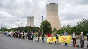Demonstration vor dem Atomkraftwerk Tihange in Belgien