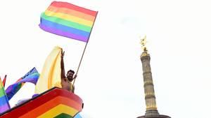 Regenbogenflaggen vor der Siegessäule in Berlin - bald gibt es also wirklich, wirklich die Ehe für alle auch in Deutschland