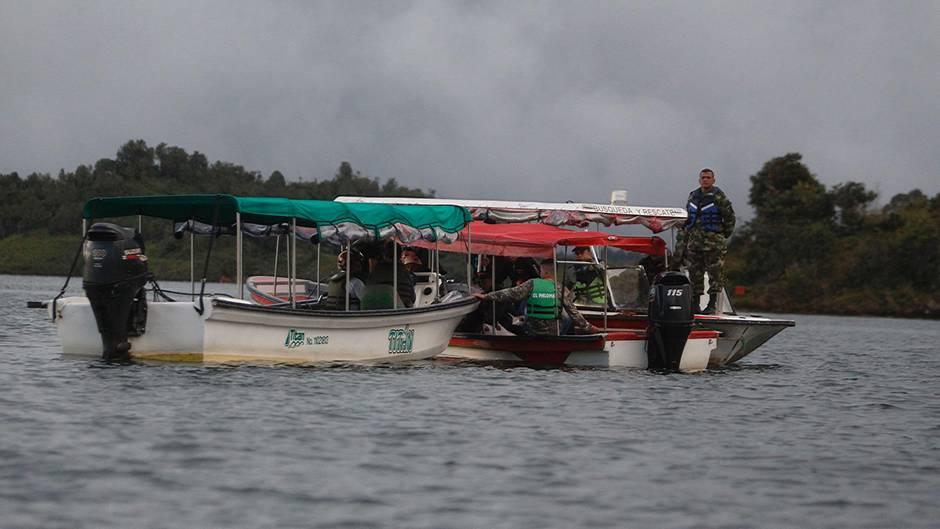 Soldaten und Rettungskräfte suchen am Ort des Schiffsunglücks auf einem Stausee in Kolumbien nach Vermissten