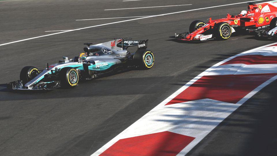 Zweikampf mit fragwürdigen Mitteln in Baku: Lewis Hamilton in seinem Mercedes F1 WO8 vor Sebastian Vettel im Ferrari SF70H