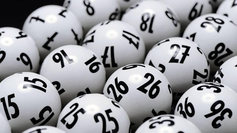 Lottozahlen liegen nebeneinander