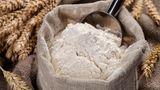 Warum man Mehl einfrieren sollte? Es kommt nicht selten vor, dass sich kleine Tierchen ins Mehl verirren. Friert man das gemahlene Getreide für 48 Stunden ein, sterben die Insekten ab. Danach kann man das Mehl gut verschlossen, trocken und dunkel lagern.