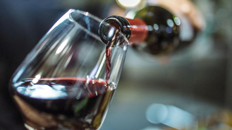 Sie haben eine Flasche Wein geöffnet, werden ihn aber in den nächsten Tagen nicht trinken? Dann frieren Sie ihn ein - beispielsweise als Eiswürfel oder in einem Plastikbeutel. So haben Sie immer Wein zum Kochen zum Beispiel für Saucen zur Hand.