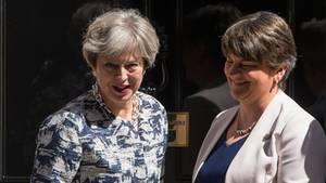 Großbritanniens Premierministerin Theresa May (l.) und DUP-Vorsitzende Arlene Foster