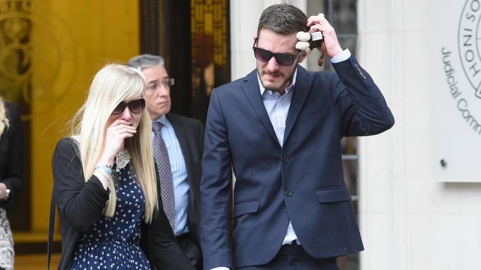 Mit Charlies Stofftier in der Hand: Die Eltern Connie Yates und Chris Gard nach einer Urteilsverkündung des Obersten Gerichtshofs in London