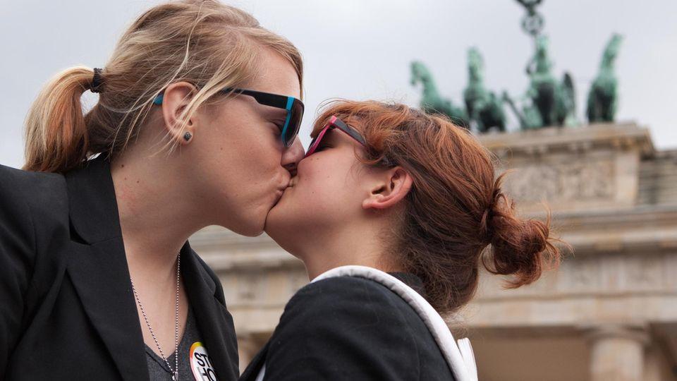 Ehe für alle: Zwei Frauen küssen sich beim Christopher Street Day (CSD) in Berlin