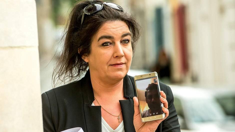 Béatrice Huret telefoniert bei der Ankunft am Gericht in Boulogne-sur-Mer mit Mokhtar