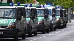 Beamte von drei Hundertschaften der Berliner Polizei benahmen sich beim G20-Einsatz in Hamburg offenbar daneben (Archivbild)