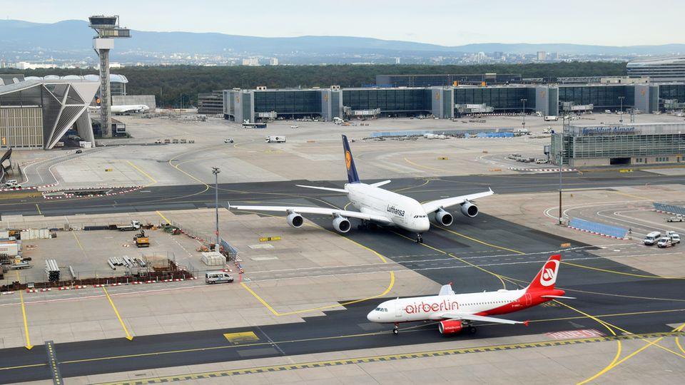 A380 der Lufthansa und ein Airbus A320 von Air Berlin in Frankfurt