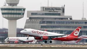 Eine Airbus von Air Berlin am Flughafen Berlin-Tegel.