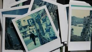 Ein Stapel Fotos in einer Kiste