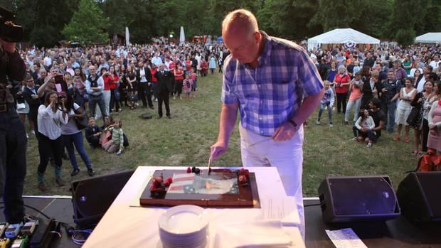 Torte zur Feier des Tages: Der 4. Juli wird in Berlin schon Ende Juni gefeiert, Kent Logsdon schneidet den Kuchen an