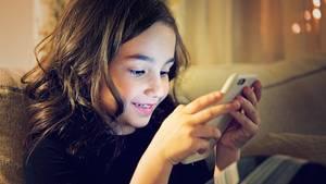 Ein Mädchen spielt auf ihrem Smartphone
