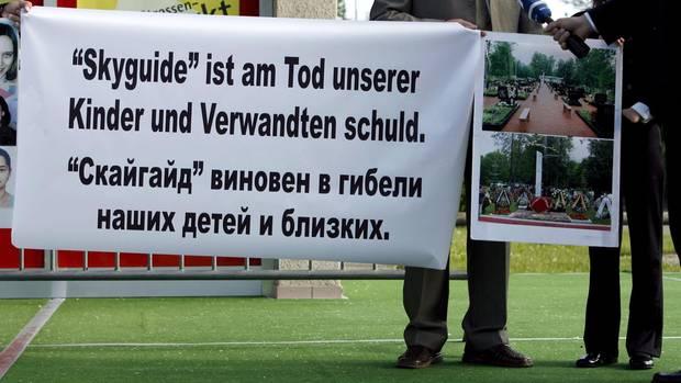2007 vor dem Bezirksgericht in Bülach bei Zürich: Angehörige der Absturzopfer demonstrieren bei einem der vielen Prozesse um Schadensersatz.