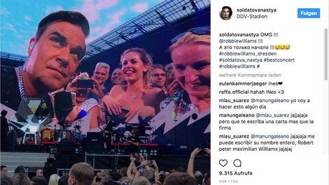 Robbie Williams guckt etwas verdutzt