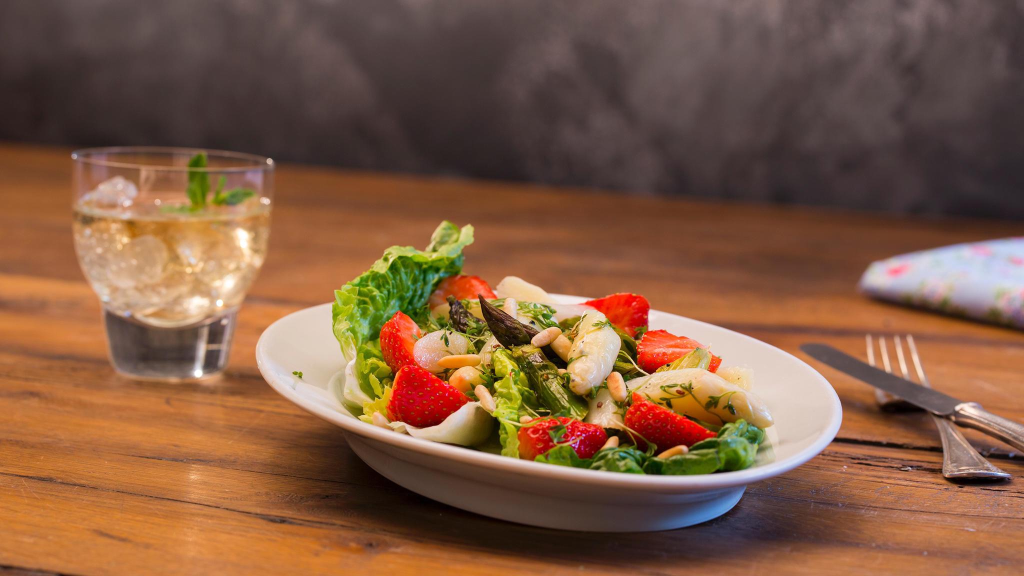 Sommerküche Low Carb : Locker leichte sommerküche marinierter spargel erdbeer salat