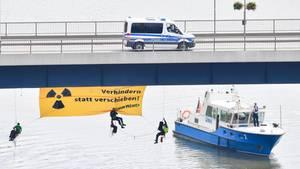 Atomkraftgegner seilen sich in Bad Wimpfen (Baden-Württemberg) von einer Brücke über dem Neckar ab und enthüllen ein Transparent