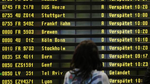 Anzeigetafel am Flughafen Berlin-Schönefeld: Alle Flüge sind als versätet aufgelistet.