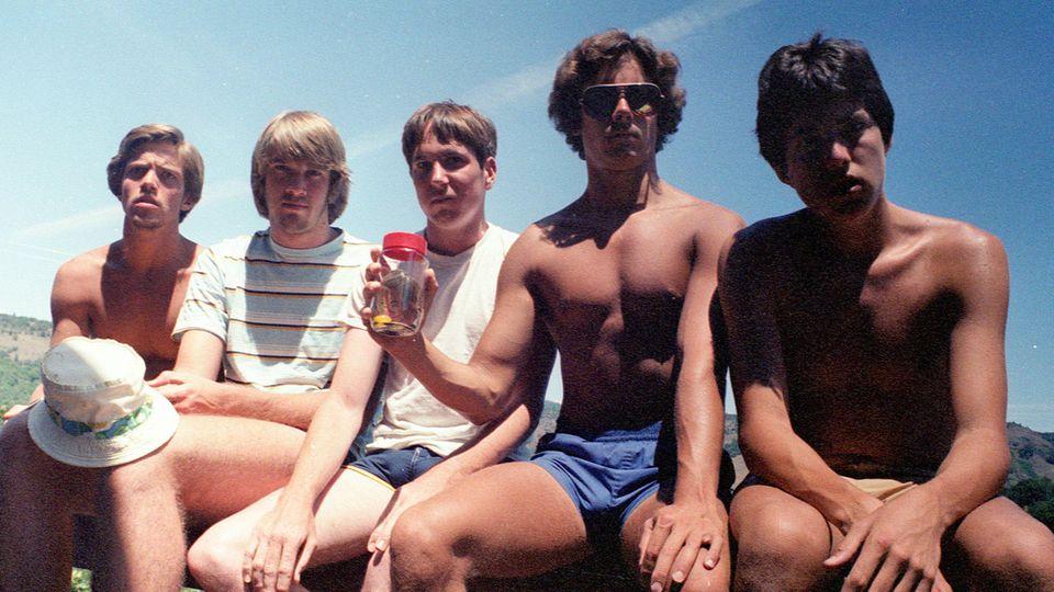 Das erste Bild der fünf Freunde gemeinsam auf der Veranda, aufgenommen 1982