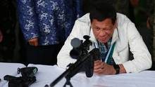 28. Juni: Auf den Philippinen kümmert sich der Präsident noch selbst um Waffenlieferungen. Rodrigo Duterte beim Prüfen einer neuen Ladung Scharfschützengewehre aus China.