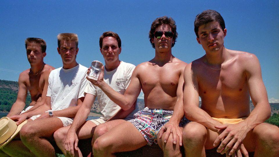 Das zweite Bild der fünf Freunde gemeinsam auf der Veranda, aufgenommen 1987