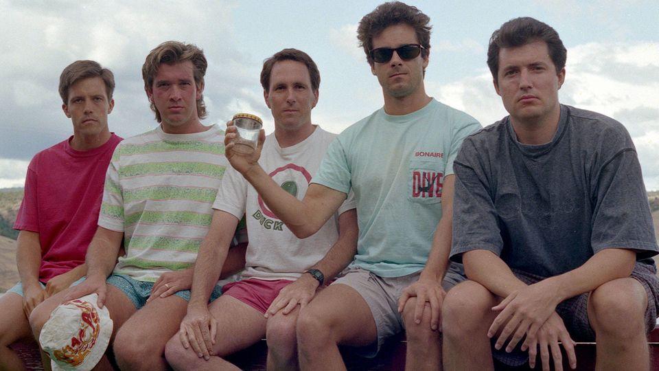 Das dritte Bild der fünf Freunde gemeinsam auf der Veranda, aufgenommen 1992