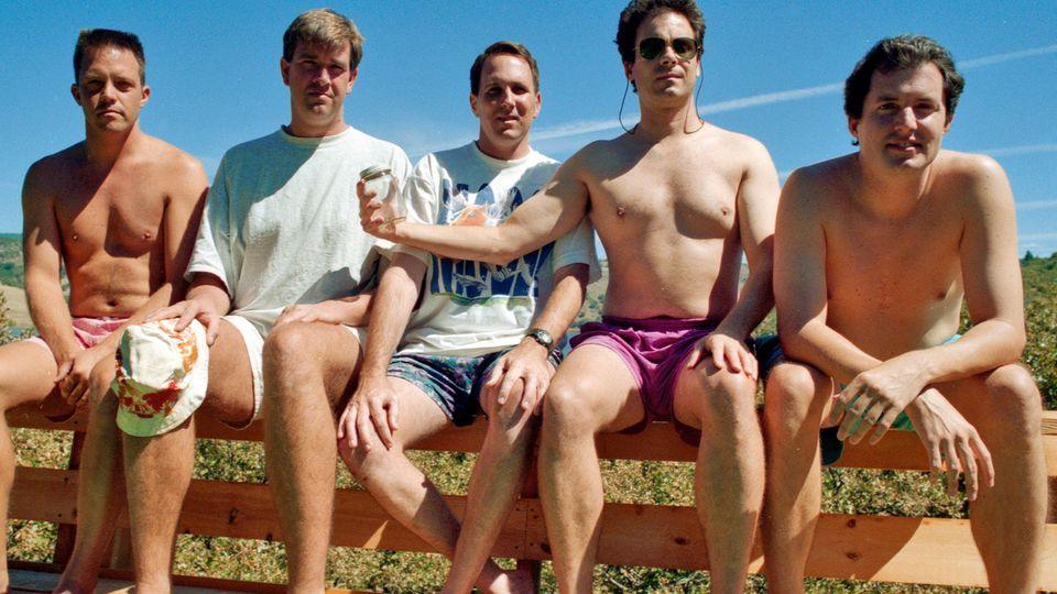 Das vierte Bild der fünf Freunde gemeinsam auf der Veranda, aufgenommen 1997