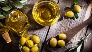 """Olivenöl  Olivenöl hat einen großen Vorteil, erklärt Ernährungsexpertin Dagmar von Cramm, es muss nicht stark bearbeitet werden, weil das Öl bereits im reifen Fruchtfleisch enthalten ist. Hinzu kommt ein hoher Vitamin-E-Gehalt und die positiven Effekte auf Herz und Kreislauf. """"Weil es in der Regel kalt gepresst wird, enthält es viele Bioaktivstoffe, die gegen Entzündungen und vorbeugend gegen Krebs wirken. Mit verantwortlich für die positive Wirkung der Mittelmeerküche"""", sagt die Expertin."""