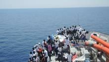 """Flüchtlinge an Deck des Rettungsschiffs """"Aquarius"""", das sie nach Italien bringt. Vor ihnen liegt eine ungewisse Zukunft"""