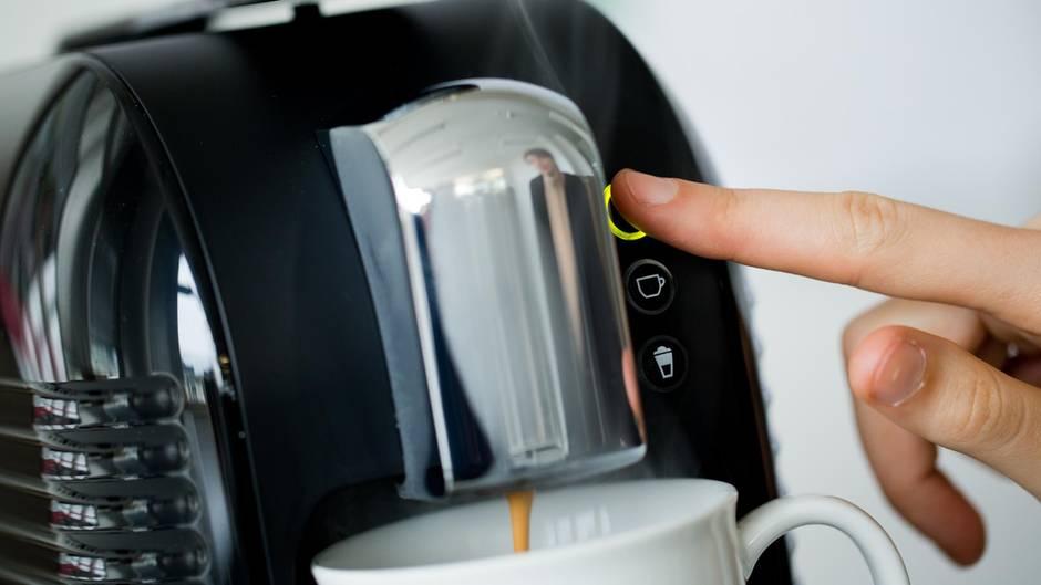 Eine Kaffeemaschine brüht Kaffee.