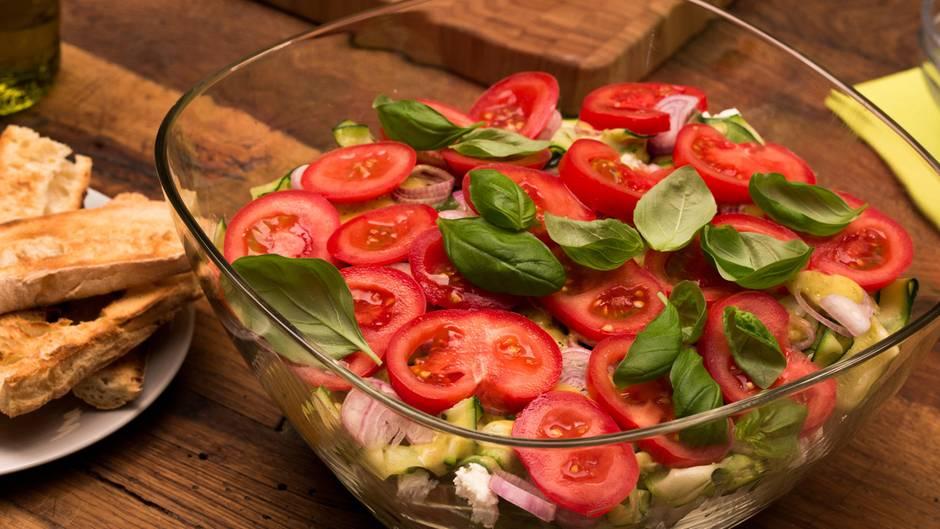 Leichtes Sommerrezept: Mediterraner Ciabatta-Schichtsalat für alle Sommerkinder
