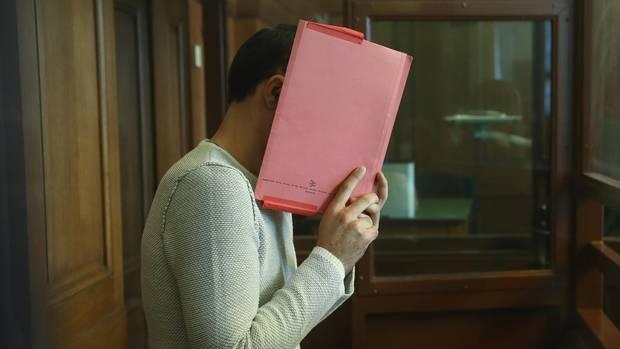 Der Angeklagte versteckte sein Gesicht hinter einer Mappe