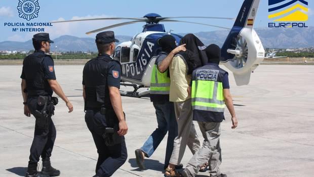 Mallorca: Spanische Polizisten führen einen verdächtigen Islamisten ab.