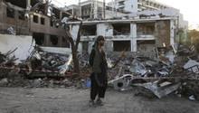 Ein Mann steht vor den Trümmern nach dem Anschlag in Kabul, Afghanistan, in der Nähe der deutschen Botschaft.