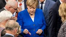 """Angela Merkel gibt ihre """"Nein""""-Stimmkarte ab"""