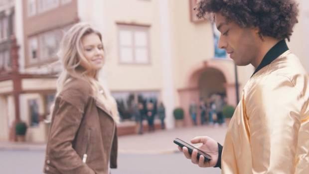 """Emree Kavas: Exklusive Videopremiere """"Kopf hoch"""" - Song für alle Smartphone-Junkies"""