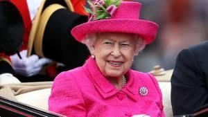 Königin Elisabeth II. trifft auf der Pferderennbahn in Ascot ein