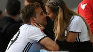 Mario Götze und seine Freundin Ann-Kathrin Brömmel bei einem Spiel der Fußball-Nationalmannschaft in Frankreich