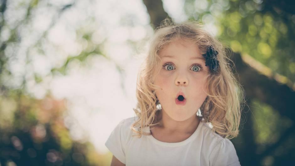 Ein begeistertes Mädchen mit weit aufgerissenen Augen