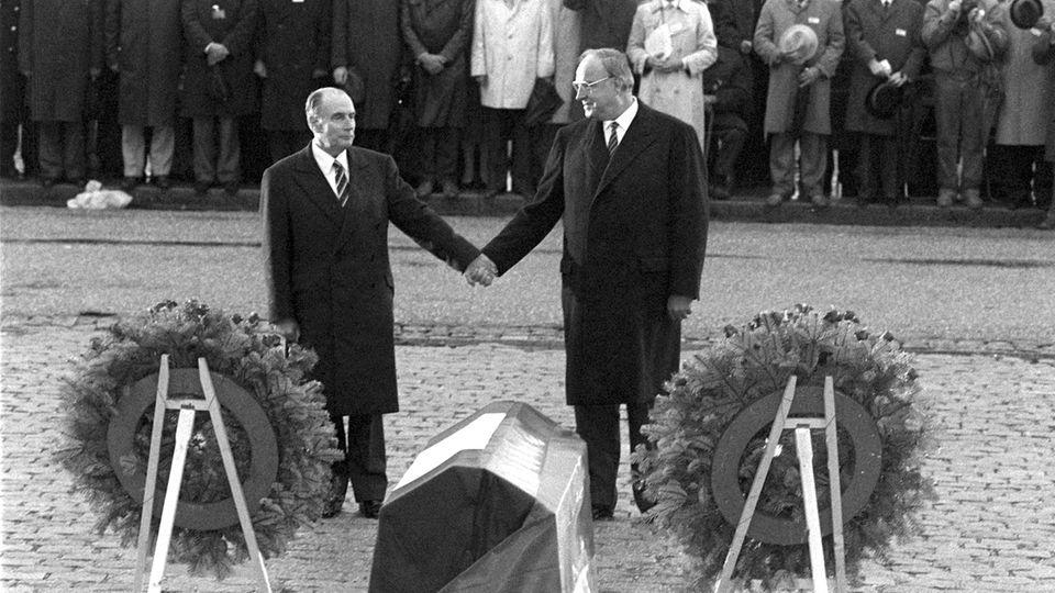 Der französische Staatspräsident François Mitterrand und Helmut Kohl reichen sich 1984 über den Gräbern von Verdun die Hand.