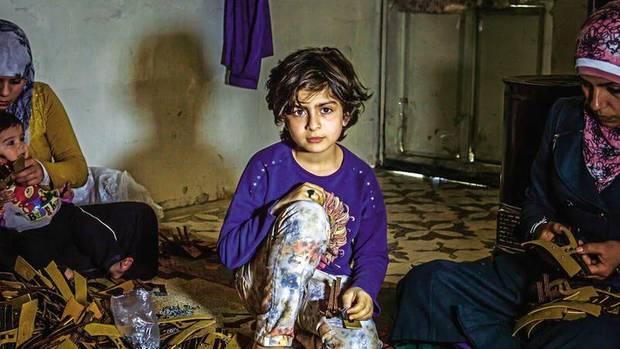 Nura, 10, hat keinen Vater mehr. Sie spricht mittlerweile fließend Türkisch, auch wenn sie noch nie eine Schule besucht hat. Oft liest sie türkische Comics. Sie sagt, sie wolle später Anwältin werden
